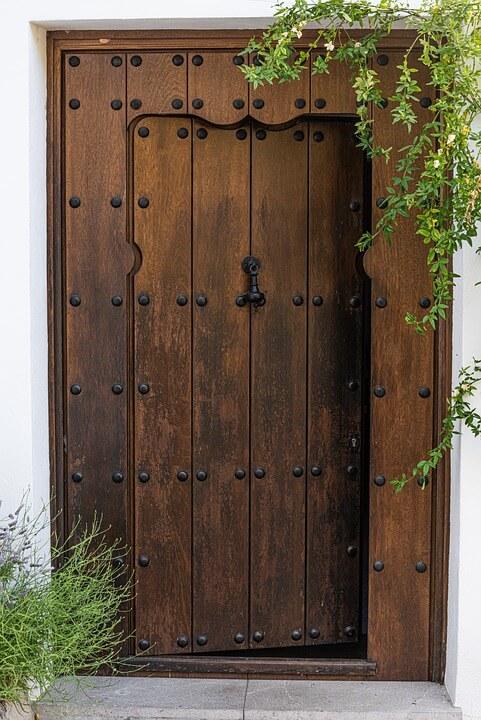 Дървена врата за къща